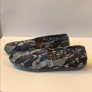 Toms camo shark week shoes